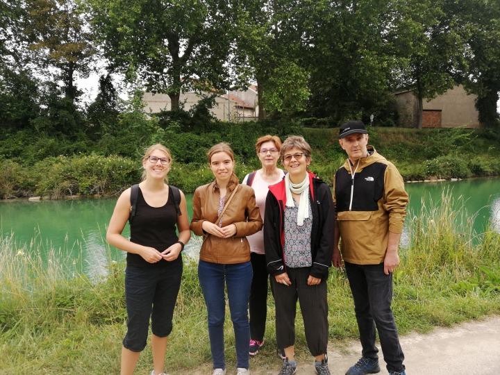 Aurore, Valentine, Béa, Catherine et Fabrice posent devant le canal de Reims.